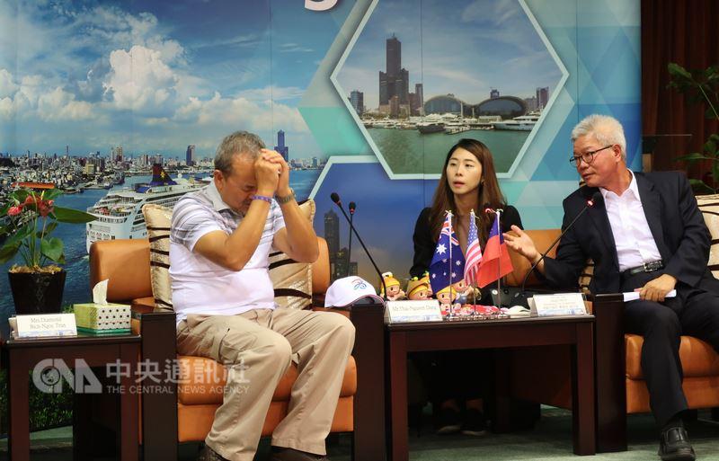 越裔美國人鄧泰阮(左)透過高雄市政府協助,1日成功與40年前在海上救了他一命的船隻船員見面致謝,他相當感恩還有機會能向船員致謝,也惋惜不及向辭世的船長道謝。中央社記者王淑芬攝 107年5月1日