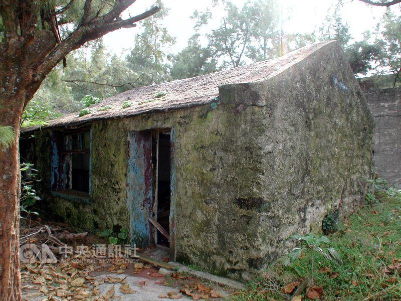 「綠洲山莊」採取圍牆室牢房,裡面還有獨居房、禁閉室,「政治犯」進去後被關在高牆內,直到出獄才能看到外面。圖為綠洲山莊的思想改造中心─中山室。(中央社檔案照片)