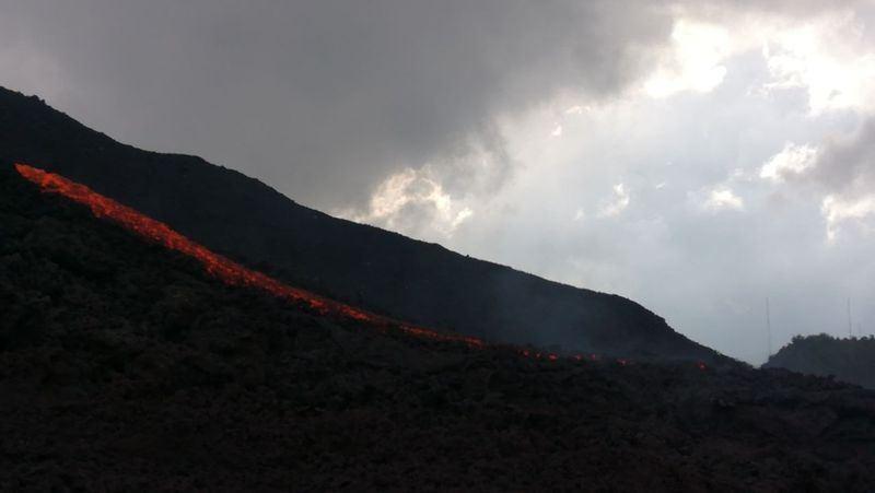 瓜地馬拉火峰火山3日出現40年來最嚴重爆發,截至7日已確認109人死亡。圖為火峰火山爆發湧出熔岩流。(圖取自瓜地馬拉緊急事務處理署臉書facebook.com/pg/conredgt)