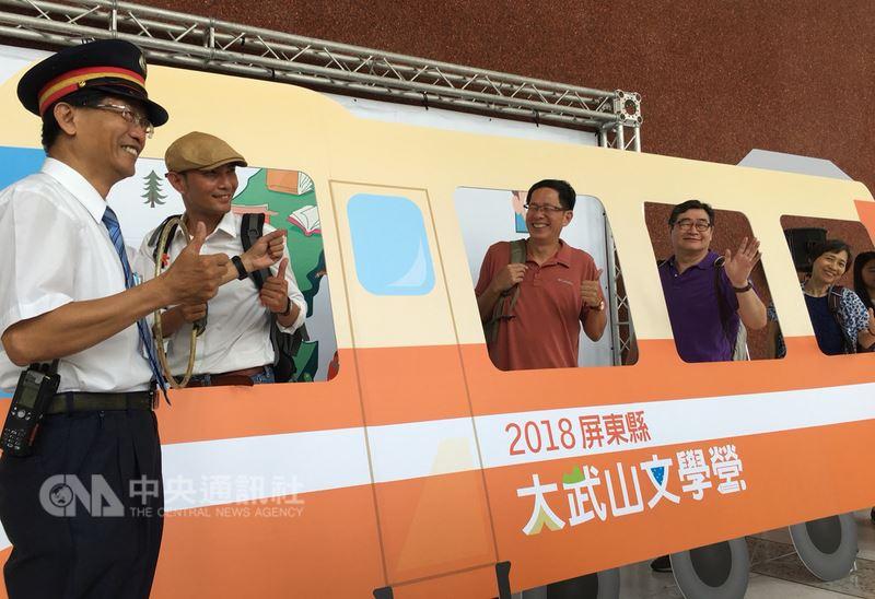 曾以文化旅行節目「浩克慢遊」摘下金鐘獎的劉克襄(左3)、王浩一(左4)12日再度合體為2018屏東縣大武山文學營代言,邀請熱愛文學與旅行的民眾共襄盛舉。中央社記者郭芷瑄攝 107年6月12日