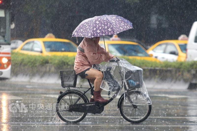 鋒面和西南氣流明天報到,中央氣象局預報員林柏東12日表示,14日到17日將有劇烈降雨。(中央社檔案照片)