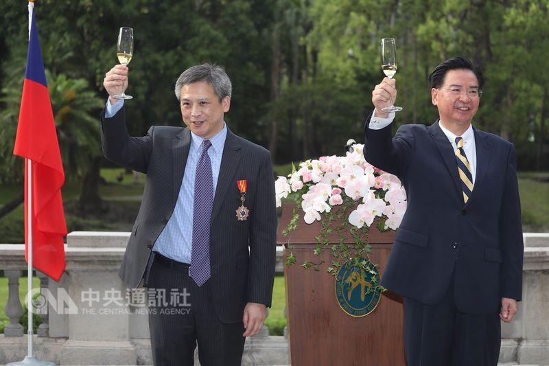 外交部長吳釗燮(右)13日在台北賓館頒贈特種外交獎章給美國在台協會(AIT)處長梅健華(左),兩人舉杯向觀禮來賓致敬。中央社記者吳翊寧攝 107年6月13日