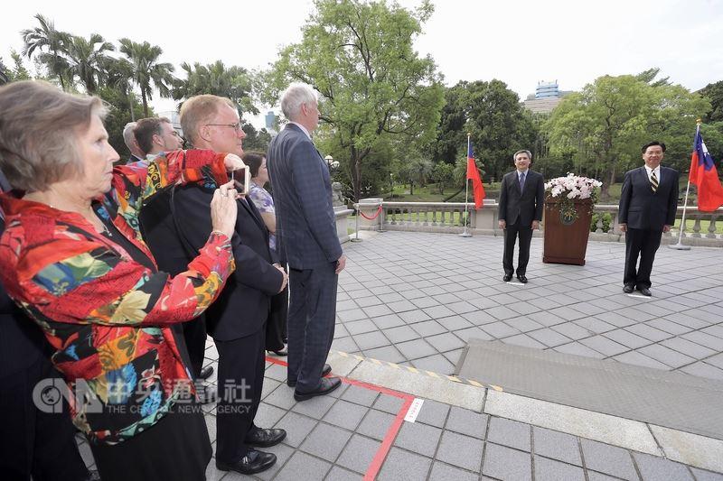 外交部長吳釗燮(右)13日在台北賓館頒贈特種外交獎章給美國在台協會(AIT)台北辦事處長梅健華(右2),AIT主席莫健(JamesMoriarty)(前左3)出席觀禮。中央社記者吳翊寧攝 107年6月13日