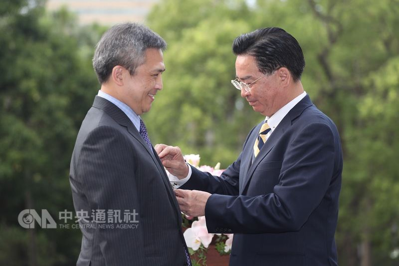外交部長吳釗燮(右)13日在台北賓館頒贈美國在台協會(AIT)台北辦事處長梅健華(Kin Moy)(左)「特種外交獎章」,感謝他的貢獻及付出。中央社記者吳翊寧攝 107年6月13日