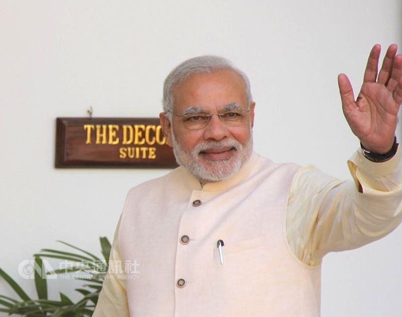 印度總理莫迪睡眠時間不長卻體力過人,他在推特上傳做養生早操的影片,不吝惜與民眾分享健康秘訣。(中央社檔案照片)