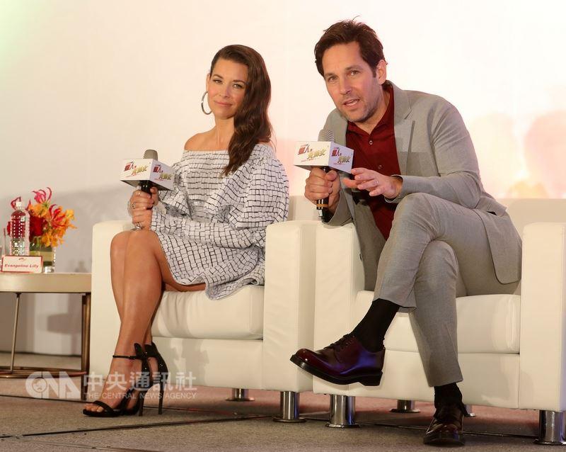 好萊塢影星保羅洛德(右)、伊凡潔琳莉莉(左)來台宣傳新片「蟻人與黃蜂女」。(中央社檔案照片)