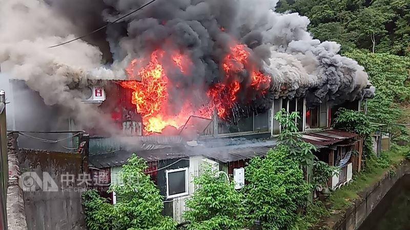 台北市大安區和平東路三段一棟鐵皮屋建物13日早上發生大火,冒出陣陣濃煙。(民眾提供)中央社記者黃麗芸傳真 107年6月13日