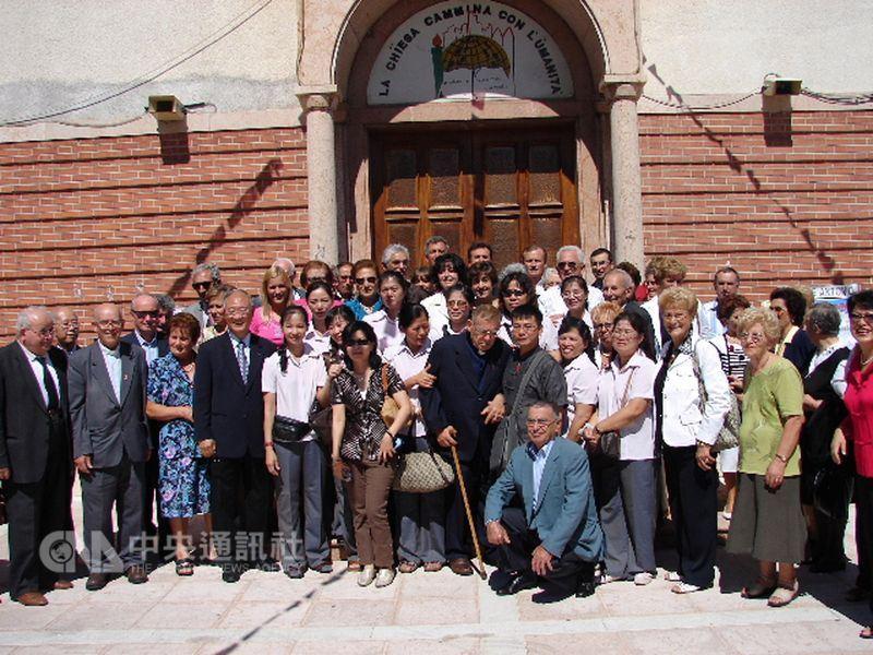 呂道南神父(中間柱拐杖者)2006年返回故鄉義大利,與家人、鄉親及台灣僑民代表合影留念。(中央社檔案照片)