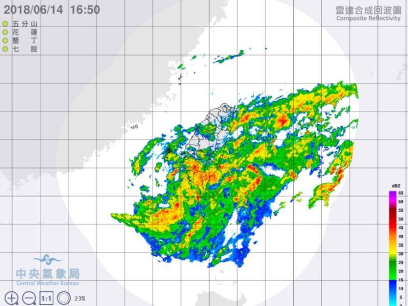 熱帶性低氣壓及外圍環流影響,氣象局14日傍晚發布豪雨特報,全台12縣市有豪雨或大雨發生機率。圖為14日下午雷達回波圖。(圖取自中央氣象局網站 www.cwb.gov.tw)