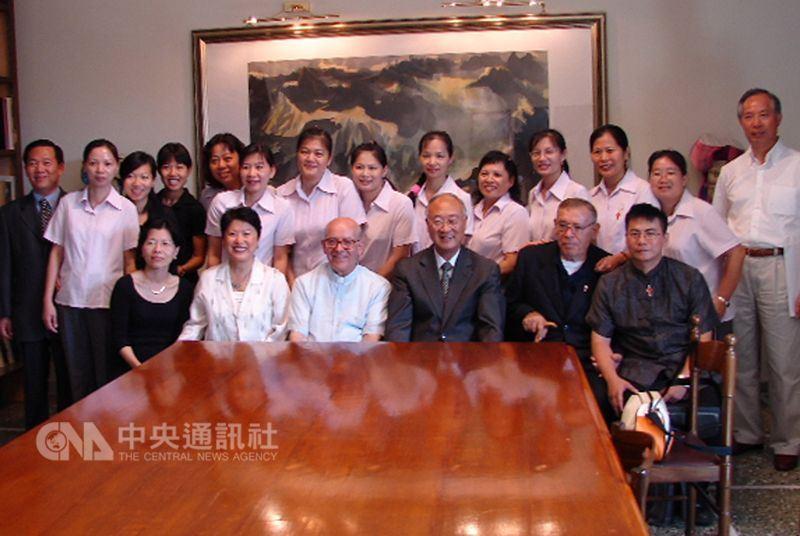 2006年呂道南神父(前排右2)與呂若瑟神父(前排左3)率領羅東聖母醫院朝聖團,前往拜會中華民國駐教廷大使館。(中央社檔案照片)