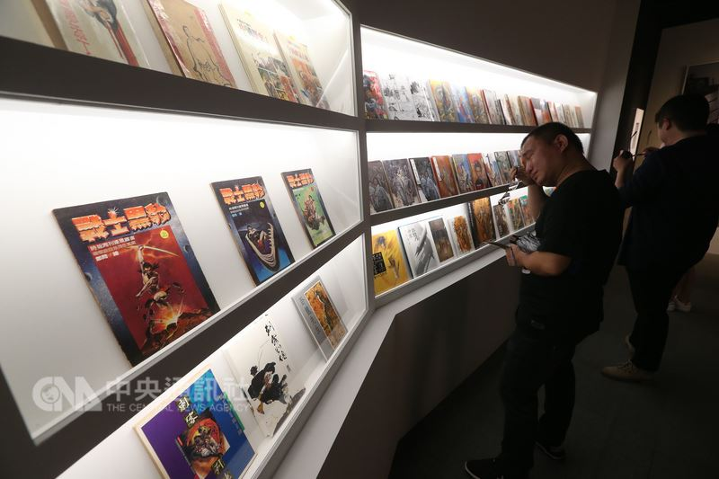 「千年一問-鄭問故宮大展」開展典禮15日在台北故宮博物院舉辦,這是故宮第一次展出台灣漫畫作品,也是第一個國家級的漫畫展覽。有民眾在展區看到鄭問的作品情緒激動。中央社記者吳家昇攝 107年6月15日