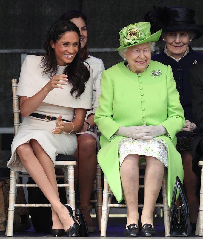 剛嫁入英國王室的美國孫媳婦梅根(左)14日和英國女王伊麗莎白二世兩人共同出席活動。(圖取自肯辛頓宮IG網頁instagram.com/kensingtonroyal)