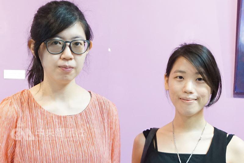 出身國立台灣師範大學美術系的高甄斈(左)和蘇頤涵(右)先後在金門駐縣半年,兩人都從離島感受到不同的創作能量,現在金門縣文化局展出成果到7月3日。中央社記者黃慧敏攝  107年6月18日