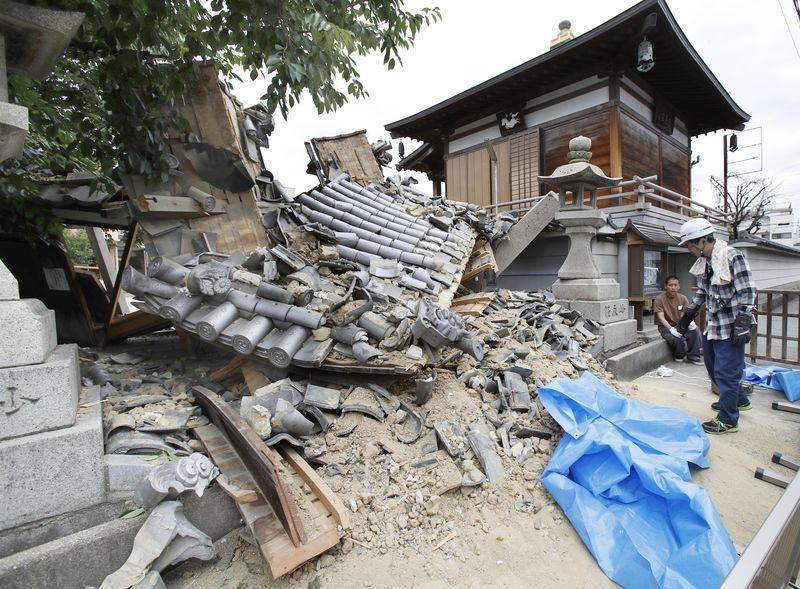 日本大阪18日上午發生規模6.1地震,導致大阪妙德寺的山門倒塌。(共同社提供)
