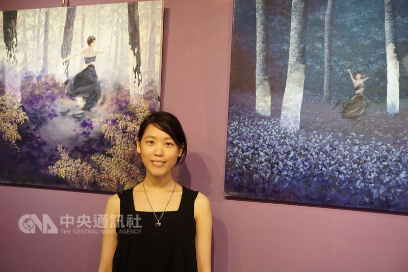 25歲的年輕畫家蘇頤涵駐金門半年,從離島獲取不同於以往的創作能量,陸續在作品中呈現。圖中「風暴與被消失的」系列畫作,靈感來自金門山林。中央社記者黃慧敏攝  107年6月18日