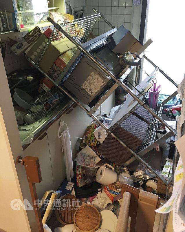 日本氣象廳表示,大阪北部18日上午7時58分(台灣時間6時58分)觀測到規模6.1強震,淀川區一棟住宅家具倒落一地。(共同社提供)中央社  107年6月18日