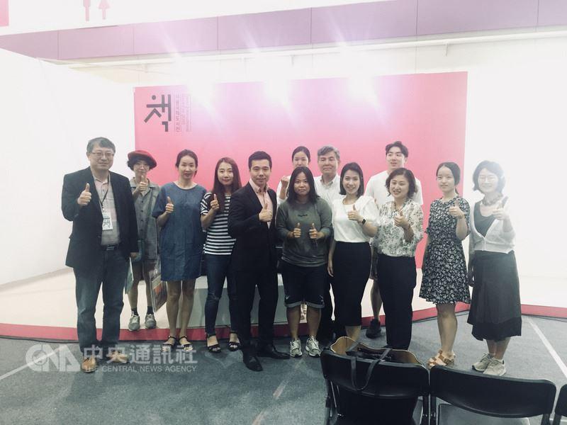 作家鄭匡宇(中)在首爾國際書展演講「無名小卒如何在韓國出書」,演講後與聽眾合影。(鄭匡宇提供)中央社記者姜遠珍首爾傳真 107年6月22日