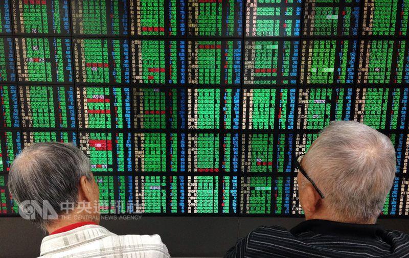 台股22日早盤電子股普遍走弱,指數盤中下跌112點至10828.86點,失守季線10879點及半年線10865點。(中央社檔案照片)