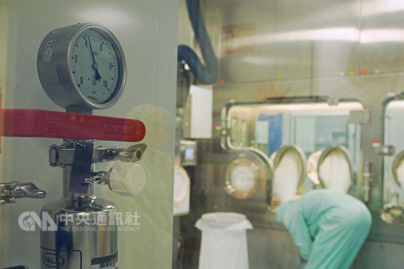 世界衛生組織(WHO)每年2月會預測北半球下個流感季的流感病毒株,藥廠會將病毒打入受精雞胚胎蛋中進行培養,收成、處理過後裝進大桶中,以攝氏5度的低溫保存。中央社記者張茗喧攝 107年6月23日