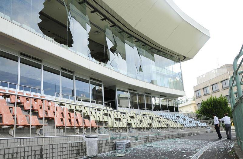 日本大阪18日上午發生強震,一處運動場的玻璃被震碎。(共同社提供)
