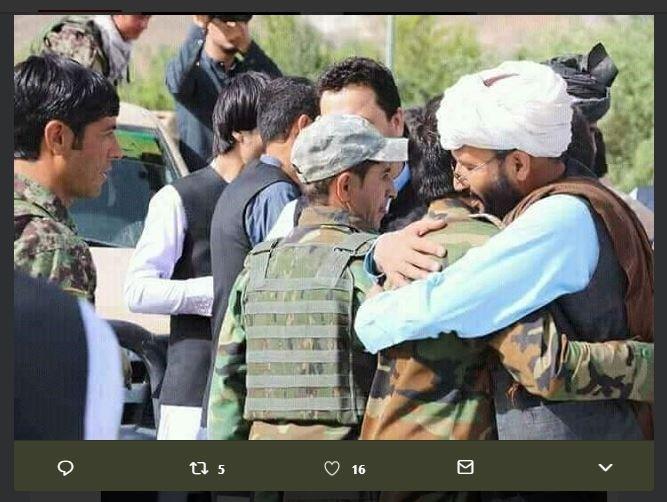 阿富汗政府和民兵組織塔利班進入停火狀態,慶祝開齋節,部分政府軍和塔利班分子相互擁抱和自拍。(圖取自第一頻道電視台推特 twitter.com/1TVNewsAF)