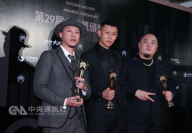 第29屆金曲獎頒獎典禮23日晚間在台北小巨蛋舉行,今年度最佳演唱組合獎由頑童MJ116獲得,團員後台開心合影。中央社記者張新偉攝 107年6月23日