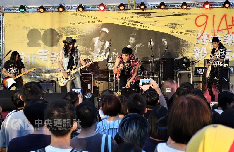 以樂團故事為背景的國片「搖滾樂殺人事件」,集結眾多台灣搖滾樂人演出,8日晚間在台北電影節世界首映,並舉行隨片登台映前演唱會,片中主唱宋柏緯(後右2)賣力開唱,展現搖滾魅力。中央社記者江佩凌攝 107年7月8日