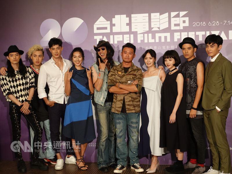 電影「搖滾樂殺人事件」由董事長樂團貝斯手大鈞(左5)監製、導演游智煒(右5)執導,演員陣容找來眾多搖滾音樂人,8日晚間劇組在台北電影節首映前合影。中央社記者江佩凌攝 107年7月8日