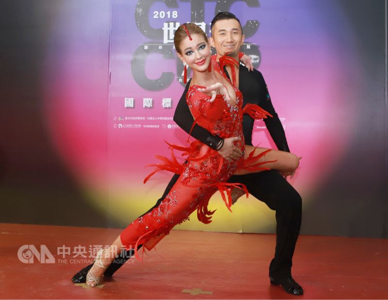 2018CTC世界盃國際標準舞公開賽7日晚間在台北小巨蛋舉行,在電視節目中舞蹈表現優異的藝人安妮(前)參與競賽,更特別訂製全新舞衣。(民視提供)中央社記者江佩凌傳真 107年7月7日