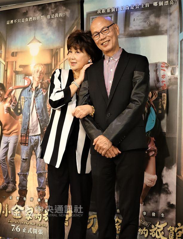 台湾电影「切小金家的旅馆」邀来香港资深喜剧演员朱咪咪(左)与罗家英(右)在片中饰演老夫老妻,10日在台北出席记者会宣传新片,分享在台拍摄工作回忆。中央社记者江佩凌摄 107年7月10日