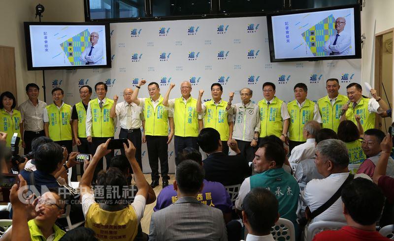 無黨籍新竹市議長謝文進(左8)位在新竹市東大路上的競選總部11日成立,正式宣布將參選新竹市長。中央社記者魯鋼駿攝 107年7月11日