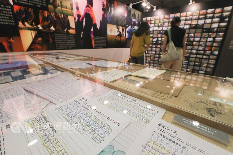 台湾好基金会携手差事剧团与云门舞集舞蹈教室,在新竹诚正中学推动「逆风计画」,将艺术导入矫正教育,12日在诚品R79中山地下书街举办「逆风X显影X进行式」图象展,展出少年们的图象纪录与笔记。中央社记者裴嫘摄 107年7月12日