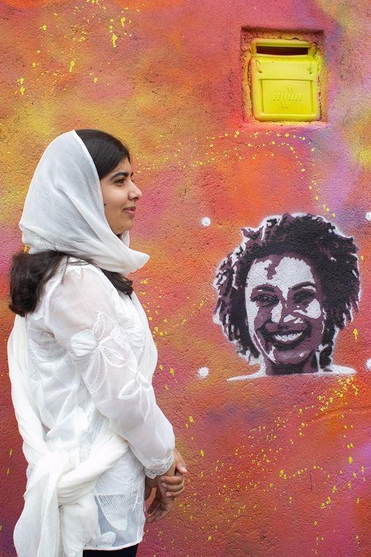 马拉拉拿起喷漆,在今年3月遭枪杀的里约女市议员佛朗哥的画像旁边,留下她的参访纪录。(图取自Rede Nami脸书www.facebook.com/redenami)