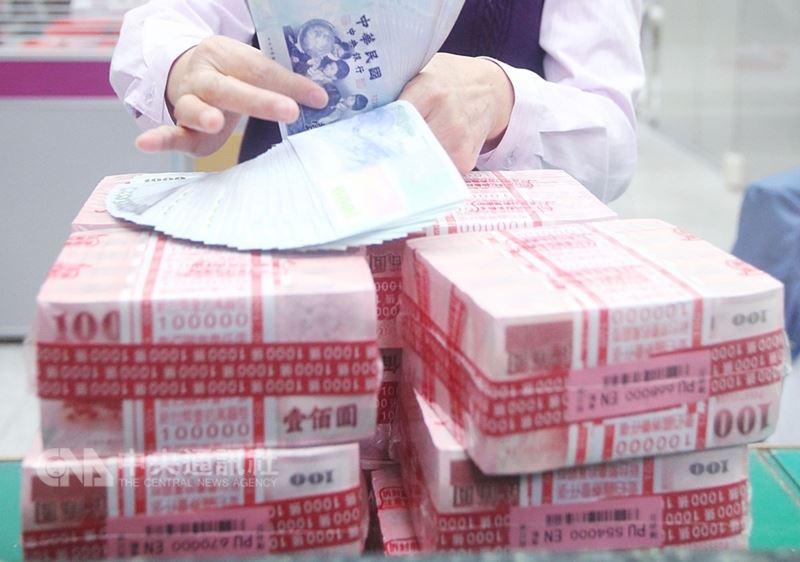 台灣資本市場13日股匯齊揚,終場新台幣由升轉貶,以30.556元兌一美元作收,貶值1.4分,匯價連4貶並創逾一週新低。(中央社檔案照片)