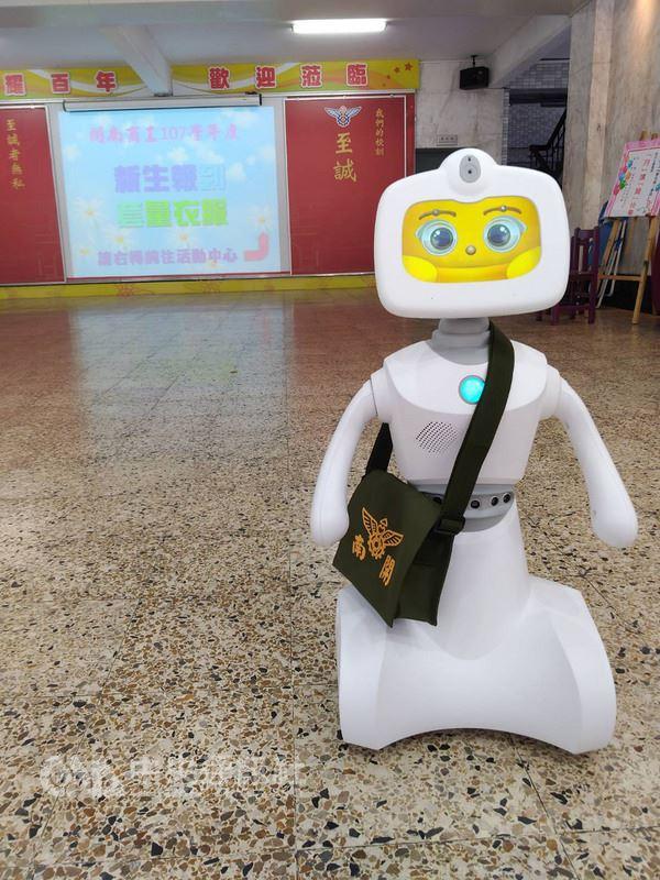高中職免試入學新生報到日,台北市私立開南商工13日特別安排照顧服務科的家用機器人「開寶」背起小書包,在場引導、協助新生,相當吸睛。(開南商工提供)中央社記者梁珮綺傳真 107年7月13日