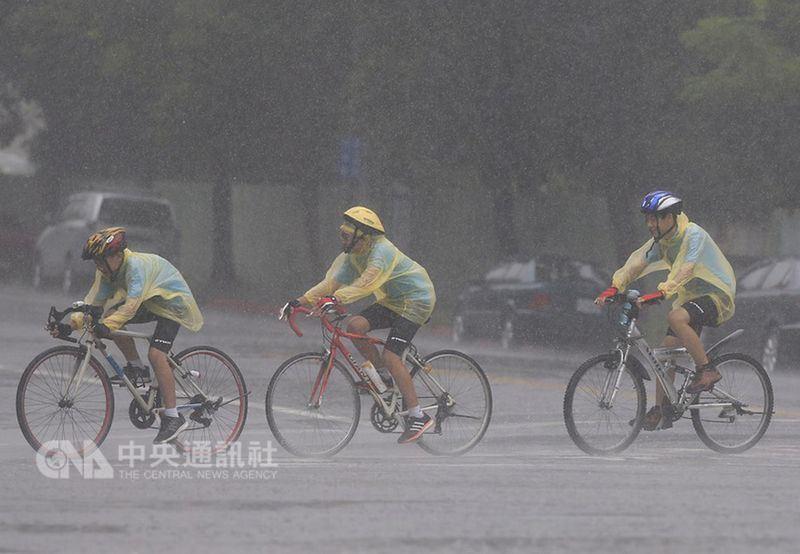 中央氣象局預報,13日南方雲系持續影響,台東及恆春半島整天有明顯降雨。(中央社檔案照片)