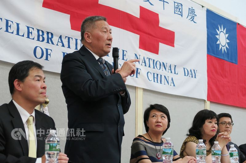 紐約僑團遡源公所宣布將升中國五星旗後,中華公所主席伍銳賢(左二)12日說,中華公所向來支持孫中山理念,只要中華民國存在,將繼續懸掛中華民國國旗。中央社記者尹俊傑紐約攝 107年7月13日