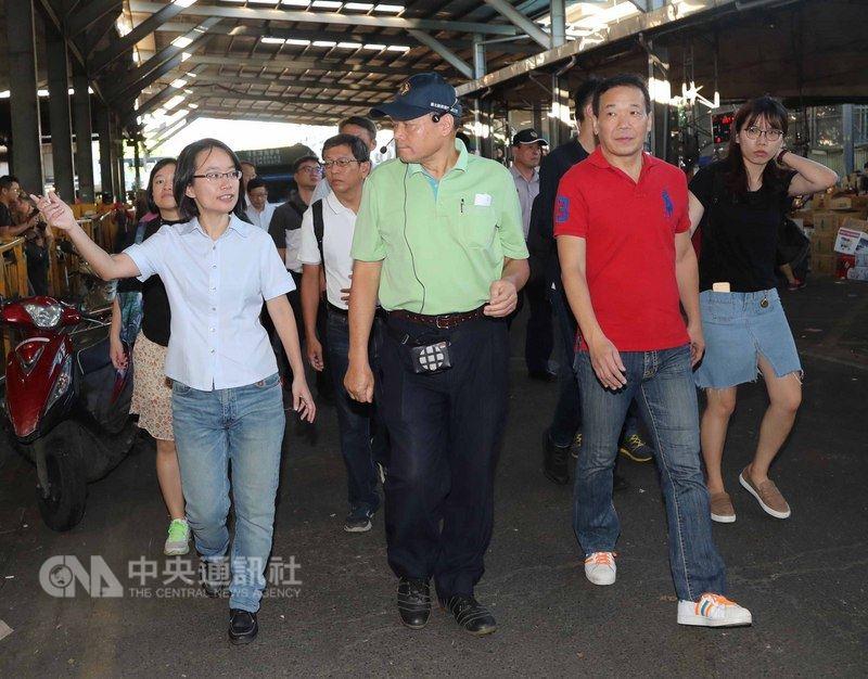 台北農產運銷公司總經理吳音寧(前左)13日在台北第一果菜市場,陪同台北市議員鍾小平(前右)、周威佑,視察瑪莉亞颱風過後蔬果物價波動狀況。中央社記者張皓安攝  107年7月13日