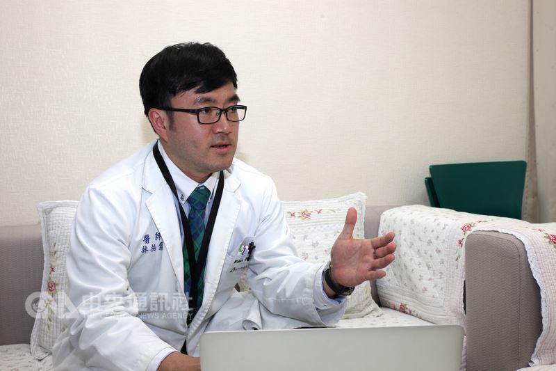 新竹馬偕醫院心臟科醫師林柏霖(圖)2016年前往吉里巴斯義診,他說,大多數吉里巴斯人的交通工具是腳,看病最遠要走一天,老人沒法走,看診病人才會都是年輕人,呼籲大家珍惜台灣醫療資源。中央社記者魯鋼駿攝 107年7月14日
