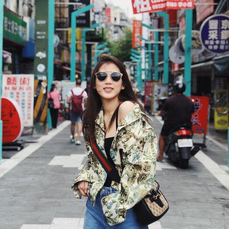 菲國知名綜藝節目主持人及歌手岡薩加11日上傳在西門町露香肩的照片,短短3天就有15萬人按讚。(圖取自岡薩加IG www.instagram.com/cathygonzaga)