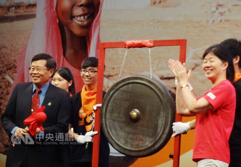 台灣世界展望會第29屆飢餓三十飢餓勇士大會師高雄場14日在高雄巨蛋體育館舉行,高雄市副市長楊明州(左)出席,為活動敲鑼揭幕。中央社記者陳朝福攝 107年7月14日