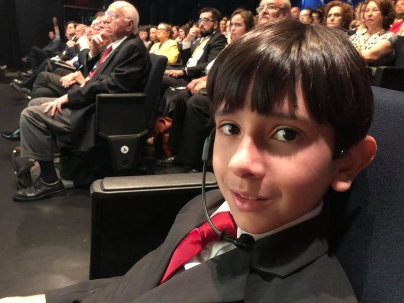 巴西8歲男童巴瑞拉(前)13日將一封信交給聯合國秘書長青年特使維克拉瑪娜亞克,呼籲讓葡萄牙文成為聯合國官方語言。(圖取自巴瑞拉臉書facebook.com/joaopaulo.barrera)