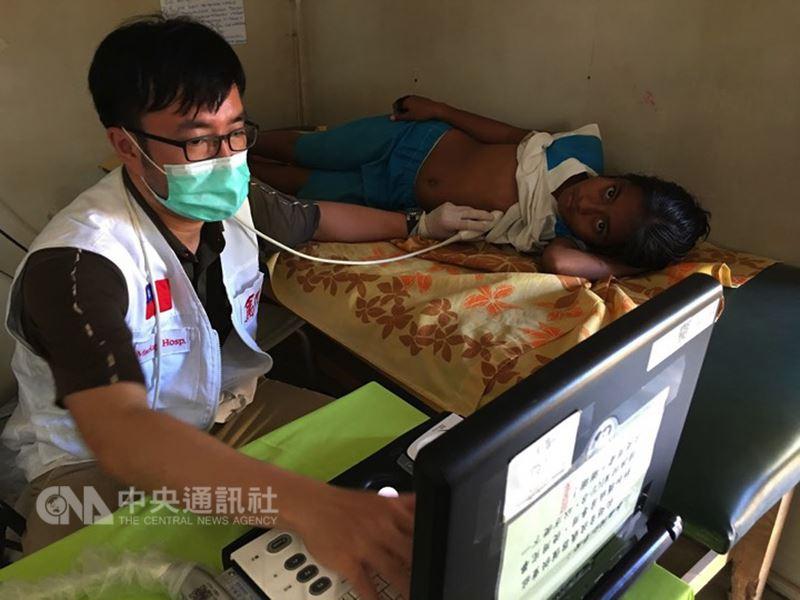 新竹馬偕醫院心臟科醫師林柏霖(左)2016年前往吉里巴斯義診,幫助許多病人檢查出心臟疾病。(林柏霖提供)中央社記者魯鋼駿傳真 107年7月14日