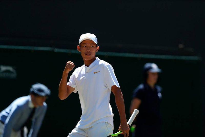 17歲台灣網球小將曾俊欣15日在溫布頓網球錦標賽青少年組男單決賽拿下冠軍。(圖取自溫網臉書facebook.com/wimbledon)