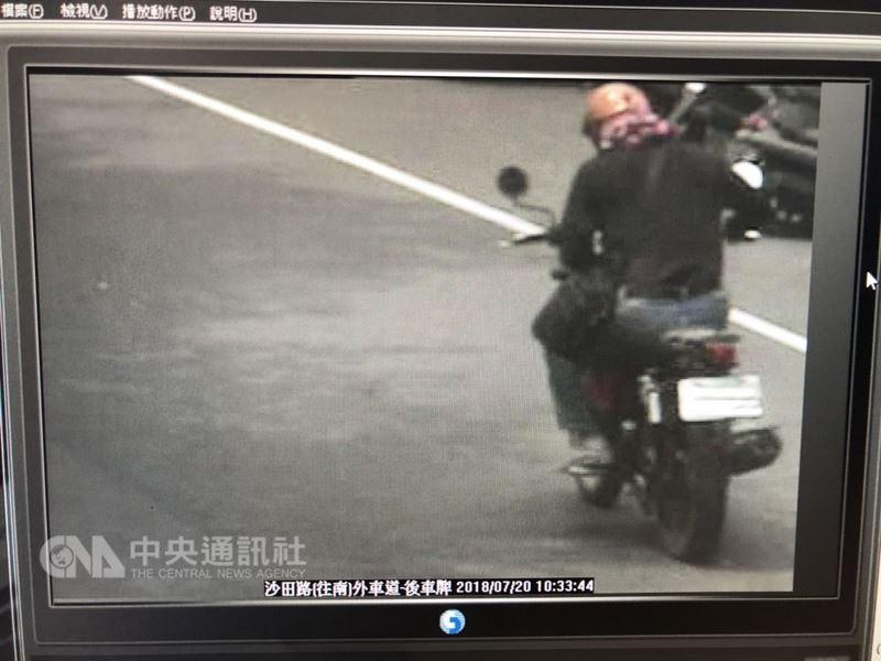 台中市合作金庫沙鹿分行20日上午遭一名男子持槍闖入,不到3分鐘搶走新台幣121萬,隨後騎機車逃逸,警方已鎖定目標追緝中。圖為嫌犯逃逸背影。(翻攝畫面)