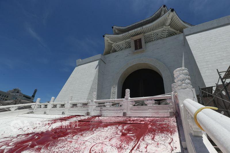 台北市中正紀念堂內的蔣公銅像20日遭人丟擲紅色顏料彩蛋,警方到場後逮捕李姓男子等2人。中正紀念堂外圍也遭潑漆染紅。(中央社檔案照片)