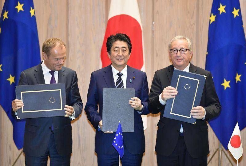 在美國豎立貿易障礙並揚言發動貿易戰之際,日本與歐洲聯盟17日簽署重大自由貿易協議。圖左至右為歐洲理事會主席圖斯克、日本首相安倍晉三、歐盟執行委員會主席榮科。(共同社提供)