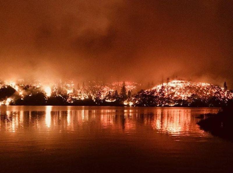 美國加州一連串野火奪6命,當局下令約3萬7000人撤離家園。(圖取自Cal Fire推特twitter.com/CAL_FIRE)