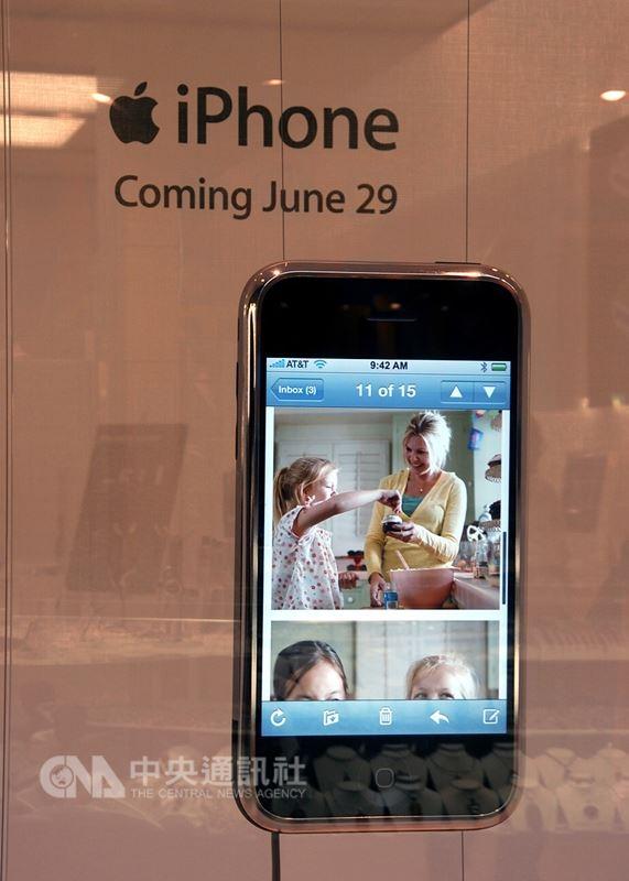 透過蘋果公司的行銷手法,iPhone成了蘋果迷引領企盼的新產品,玻璃手機面板,沒有按鍵的觸控螢幕手機,贏得手機界革新產品的美名。圖為2007年第一代iPhone廣告看板。(中央社檔案照片)