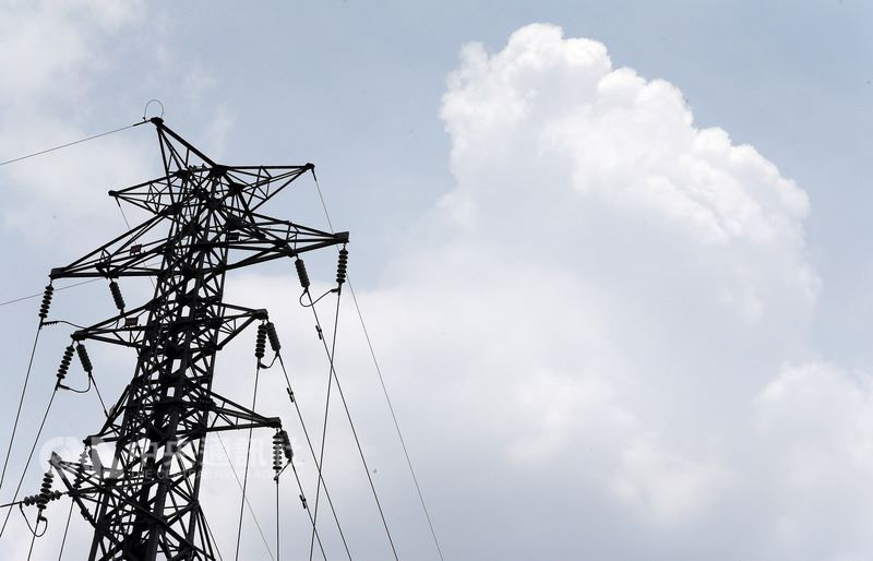 台電官網資料顯示,8月1日最高用電量在下午2時20分衝上3722.7萬瓩,打破7月31日3690.6萬瓩才創下的歷史新高紀錄。(中央社檔案照片)